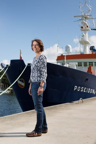 Anja Reitz, Scientific Manager of AtlantOS (Horizon 2020) am GEOMAR Helmholtz Centre for Ocean Research Kiel/Physical Oceanography, vor dem Forschungsschiff POSEIDON.