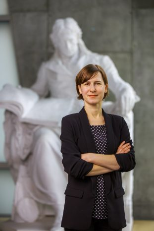 Jule Specht, Juniorprofessorin für Psychologische Diagnostik und Differentielle Psychologie an der FU Berlin. Im Hintergrund eine Gipsfigur, Wilhelm von Humboldt darstellend.